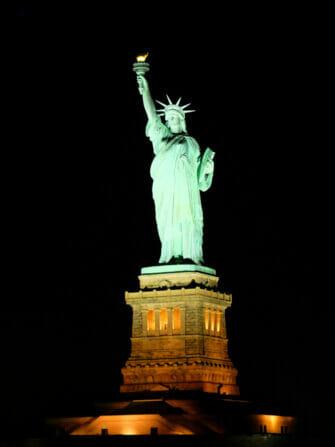 纽约游轮晚餐 - 夜晚的自由女神像
