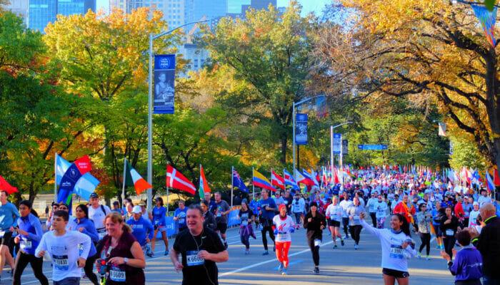 纽约马拉松 - 参赛者经过中央公园