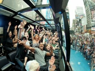 纽约The Ride观光巴士 - 打招呼