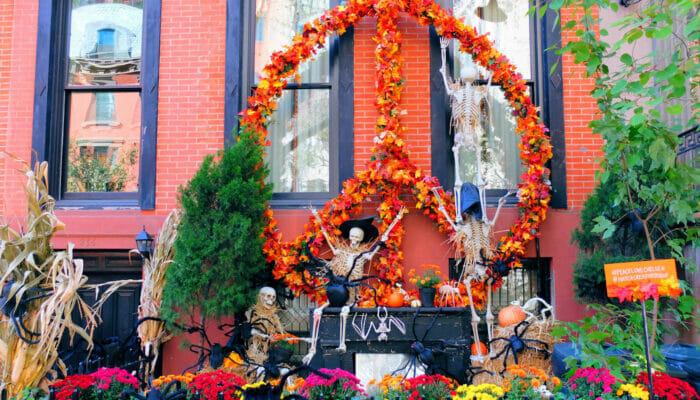 纽约万圣节 - 充满万圣节装饰的房子