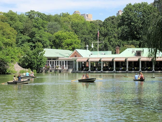 在中央公园划船