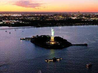 纽约夜间直升机和游船观光 - 自由女神像